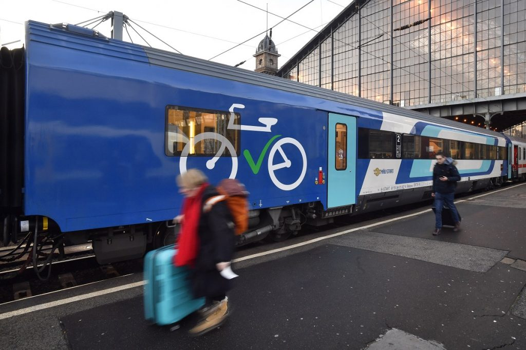 Nagy kapacitású kerékpárszállító kocsikkal bővültek egyes balatoni és velencei-tavi vonatok
